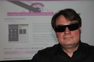 Xavier Studer, auteur et fondateur du «Blog high-tech et telecom», porte des Google Glass.
